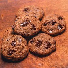 Cookies com pedaços gigantes de chocolate: nada como apelar com um belo lanche da tarde que todo mundo gosta e precisa!    http://deliciaedelicia.com.br/sim-nos-temos-cookies  .  .  .  .  #blog #cookies #chocolate #deliciaedelicia #feedfeed #foodlover #foodlovers #foodpics #foodphotography #fotografia #instafood #instalike #instagram #instagrambrasil #instapics #picoftheday #canon #canonphoto #canonphotography #brazil #brasil #riodejaneiro #errejota