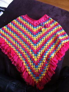Gehaakte meisjes poncho. Crochet girls poncho