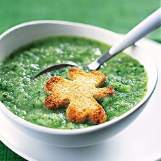 Make creamy broccoli soup for St Patrick's Day. Use a clover shaped cutter to cut. And then toast the clover for decorating the soup. Green Desserts, St Patrick Day Treats, St Patricks Day Food, Saint Patricks, Green Soup, Dinner Themes, Dinner Ideas, Broccoli Soup, Greens Recipe
