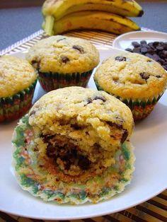 BRIOȘE CU BANANE ȘI BUCĂȚI DE CIOCOLATĂ Cake Videos, Muffins, Vitamins, Cupcakes, Sweets, Cooking, Breakfast, Desserts, Food