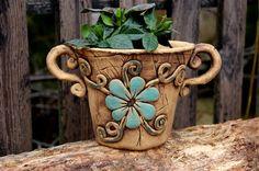 ušatý obal s modrou kyti-na obj. Pottery Pots, Ceramic Pottery, Ceramic Clay, Ceramic Planters, Clay Flowers, Flower Pots, Beginner Pottery, Clay Wall Art, House Plants Decor