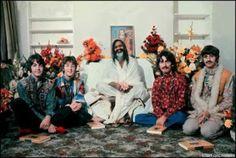 Paul McCartney, John Lennon, Maharshi Mahesh Yogi, George Harrison and Ringo Starr in India, 1968 George Harrison, John Lennon, Beatles Bible, Les Beatles, Beatles Guitar, Beatles Band, Norah Jones, The Beach Boys, Abbey Road