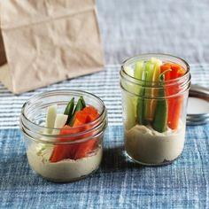 Pique aipo e cenouras em palitos, e crie pequenos frascos de lanche vegetariano e de homus. | 17 truques para ajudar você a comer de forma saudável sem nem perceber
