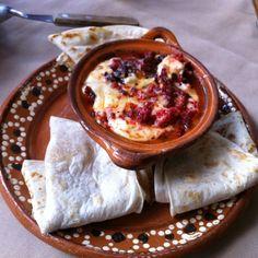 El choriqueso es una versión del queso fundido que contiene más ingredientes para darle más sabores. El choriqueso lo puedes servir de botana o hacer tacos. Esta receta queda deliciosa si la preparas en una olla de barro en un asador al carbón.