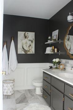 laminas-vintage-baño-moderno-blanco-negro-suelo-marmol-pintura-mujer-a-espaldas
