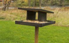 Se vores trin for trin guide til, hvordan du bygger dit eget foderbræt til fuglene i haven.