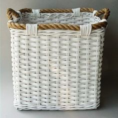 I like the rope idea for the rim/handles. Might be fun to try on a laundry basket. Newspaper Basket, Newspaper Crafts, Willow Weaving, Basket Weaving, Pine Needle Crafts, Basket Crafts, Paper Weaving, Basket Decoration, Wicker Furniture