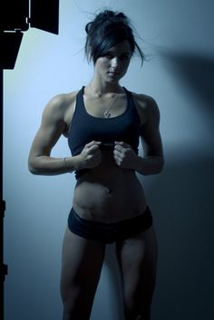 muscle does a body good... soooo love her athletic body style.  muy caliente.