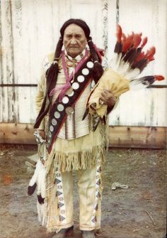 Chief Frank Fools Crow at Wounded Knee, SD in 1973. During the US Army siege he flew to the UN to beg for International support & recognition and was sent back to South Dakota immediately with no recognition.