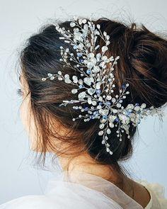 Почему никто не поет песни про хрусталь в волосах? Это же так красиво Намного лучше всяких яблок на снегу Мы бы посвящали украшениям не просто песни, а целые оды❤️ Они этого точно заслуживают✨