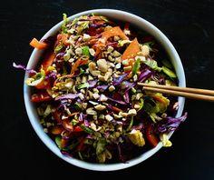 Salade de Chou au Gingembre & Arachides Edamame, Sauce Sriracha, Champagne, Ethnic Recipes, Food, Coleslaw, Sprouts, Green Onions, Hoods
