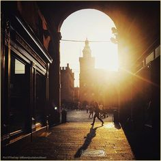 Una finestra sul #tramonto. La #PicOfTheDay #turismoer di oggi si innamora di #Bologna avvolta dalla luce dorata di un tardo pomeriggio estivo. Complimenti e grazie a @itsnotjustaboutfood / A window on the #sunset. Today's #PicOfTheDay #turismoer falls in love with #Bologna wrapped in the golden light of a summer late afternoon. Congrats and thanks to @itsnotjustaboutfood