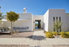 Maison à Ibiza, Espagne. A breathtaking, contemporary finca, in a private estate set on the top of a mountain outside Santa Gertrudis. Set in 70,000 metres squared, only 4 mins from Santa Gertrudis and 10 mins from Ibiza town Private fenced estate with no immediate neigh...
