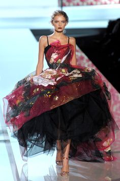 Dolce & Gabbana Milan Spring modelled by Lily Donaldson Passion For Fashion, Love Fashion, High Fashion, Fashion Show, Fashion Design, Fabulous Dresses, Beautiful Gowns, Beautiful Outfits, Couture Fashion