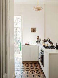 Brooklyn Interiors: The bohemian house of designer Mona Kowalska Turbulences Déco Gravity Home, Decor, House Interior, Kitchen Interior, Home Kitchens, Home, Interior, White Interior, Home Decor
