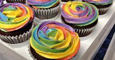Классические капкейки шоколадные с разным цветным кремом