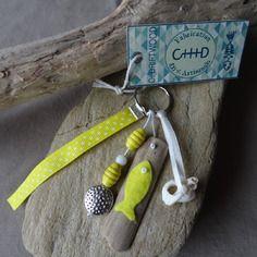 Porte clés et/ou bijou de sac en bois flotté et coquillage jaune