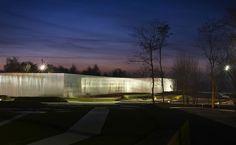 En la pequeña ciudad de Lens, en la región de Nord–Pas de Calais, se inauguró la primera sede satélite del Museo Louvre de París. El despacho japonés SANAA —ganador del premio Pritzker 2010—, formado por los arquitectos Ryue Nishizawa y Kazuyo Sejima —quien curó la Bienal de Arquitectura de Venecia en 2010— ganó el concurso para realizar el proyecto.