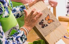 En los #TalleresLeroyMerlin aprendimos que con la técnica transfer podemos convertir cualquier caja en una reliquia Burlap, Reusable Tote Bags, Atelier, Santiago, Crates, Blue Prints, Hessian Fabric, Jute, Canvas