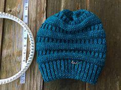 SherriHoch's CC copycat Beanie Loom Knit BRIM: ewrap cast-on 24 rows of rib (ewrap stitch for the knits) Fold brim and mount cast on row back onto loom knit over knit 2 rows (true knit) BODY: Purl 6 rows Knit 2 rows (true knit) Ri. Round Loom Knitting, Loom Knitting Projects, Loom Knitting Patterns, Yarn Projects, Knitting Stitches, Sock Knitting, Knitting Tutorials, Knitting Machine, Vintage Knitting