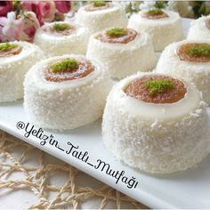 Sultan paşa tatlısı Tiramisu Cupcakes, Turkish Recipes, Ethnic Recipes, Sorbet, Turkish Delight, Mini Cheesecakes, Food Art, Vanilla Cake, Coco