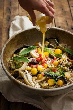 Sesame & Sage Gebratenes Gemüse mit Gerste ist mein Lieblings neue Thanksgiving-Essen!  Definitiv herzhaften genug, um eine vegetarische und / oder vegan Hauptgericht sein, oder es wäre perfekt als Neben!