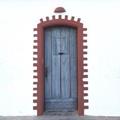 Auf den Seychellen habe ich einen Hotelmanager mit einem ungewöhnlichen Hobby kennengelernt: Er sammelt Türen. Wie schon sein Vater der damit die Symbolik von Türen wertschätzte: wenn eine Tür zugeht geht eine andere auf viele Menschen gehen ein und aus die Energie fließt. Wenn er also irgendwo auf der Welt eine besondere Türe entdeckt lässt er sich vom Besitzer die Geschichte dazu erzählen. Das führt zu interessanten und manchmal auch tiefsinnigen philosophischen Gesprächen  das Wichtigste…