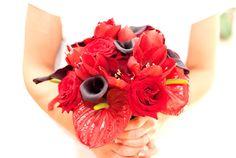 Red wedding bouquet. Czerwony bukiet ślubny.