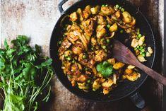 Intialainen perunacurry (V, GF) – Viimeistä murua myöten Garam Masala, Kung Pao Chicken, Chutney, Paella, Tofu, Food Inspiration, Side Dishes, Curry, Vegetarian