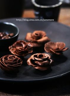 Chocolate flowers - step by step but no English. Chocolate Flowers, Love Chocolate, How To Make Chocolate, Chocolates, Cupcakes, Cupcake Cakes, Fudge, Chocolate Garnishes, Modeling Chocolate