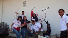 Nuestros voluntarios pintando el nuevo mural que decorará uno de los muros de nuestra Sede Nacional