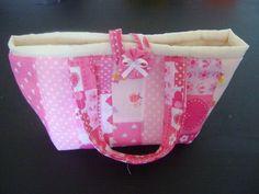 Bolsa+em+patchwork,+com+tecido+impermeável+por+dentro. R$ 18,00