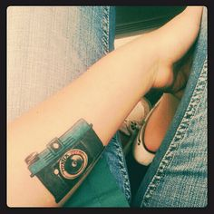 Like the quality of this camera tattoo. Mini Tattoos, Love Tattoos, New Tattoos, Tatoos, Piercing Tattoo, Piercings, Camera Tattoos, Tattoo Photography, People Art