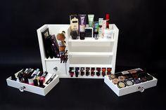 Organizador de maquillaje montado de pared por VanityClosetBeauty
