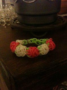 This is the carnation bracelet by rainbow loom!! -  Kreabarn.dk har Danmarks største udvalg af tilbehør og elastikker til loom, fun loom og rainbow loom.
