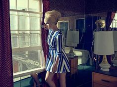 René & Radka , Lindsay III, 2013 / 2014 © www.lumas.de/ #Lumasblond,  erzählerisch,  Fenster,  Fenster,  Fotografie,  Frau,  Frauen,  Haare,  Interieur,  Interieurs,  Kleid,  Kleider,  Lampe,  Lampen,  Menschen,  Mode,  Spiegel,  Spiegel