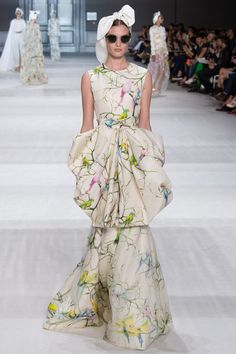 Giambattista Valli Haute Couture Fall 2014 Haute Couture Fall 2014 Fashion Week began in Paris on Sunday. Fashion Moda, Fashion Week, Look Fashion, Runway Fashion, Fashion Show, Fashion Design, Paris Fashion, Fashion Clothes, Style Couture