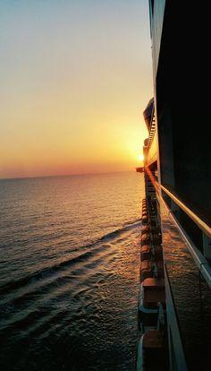 Buenos días, pervers@. La última puesta de sol rumbo a Valencia. Sería un símil a lo de fotografiar el ala del avión cuando empieza huir la luz en el horizonte.  En el mar amanece antes... Y anochece más tarde. Nada le impide al sol darte los buenos días, ni decirte Buenas Noches.