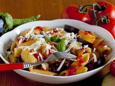 Penne avec aubergines frites et sauce à la tomate. Cette recette originaire de Catania (Sicile) a été nommée ainsi en l'honneur de son citoyen le plus illustre, le compositeur Bellini, d'après son opéra « Norma ». La sauce est à son meilleur quand on utilise la « ricotta salata», un fromage semi-dur et salé que l'on ne trouve presque pas à l'extérieur de la Sicile. J'ai donc dû adapter quelque peu la recette.