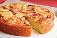 La torta di pesche fresche è un dolce fatto in casa profumato e delizioso, ideale per la colazione ma anche da servire come finepasto goloso.