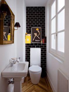 Baño pequeño con azulejos negros