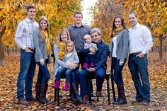 "Large family photos-What to wear for family photoshoots {the ""three colors + POP"" rule) Large Family Photos, Fall Family Photos, Family Pics, Ideas For Family Photos, Extended Family Pictures, Large Family Portraits, Family Photos What To Wear, Family Photo Sessions, Family Posing"