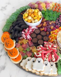 LOVE seeing all your candy boards! I have a another one planned for a boys baby shower next weekend (this time using lots of green & blue gummies).so stay tuned for the HOW-TO. And remember to tag me and use the new hashtag so I can see yours. Halloween Appetizers, Halloween Candy, Halloween Goodies, Halloween 2019, Halloween Night, Spirit Halloween, Halloween Stuff, Happy Halloween, Camping Snacks