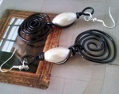 orecchini con filo alluminio nero, perle ovali bianche , artigianali