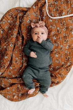 Mebie Baby Charcoal Heather Ribbed Two Piece and Vintage Floral Muslin Quilt – Mebie Baby – KinderMode Cute Little Baby, Baby Kind, Cute Baby Girl, Baby Girl Newborn, Newborn Baby Clothes, Cute Babies Newborn, Baby Girl Items, Newborn Clothing, Children Clothing