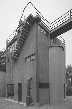 Mexican painter and architect Juan O'Gorman devised a house and studio for fellow artists Frida Kahlo and Diego Rivera in Mexico City. Completed in the buildings combine principles of Modernism with traditional Mexican design elements. Space Architecture, Architecture Details, Bauhaus, Constructivism Architecture, Amsterdam, Streamline Moderne, Futuristic City, Art Deco Home, Building Exterior