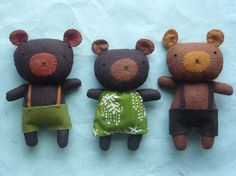 3 bears cute kawaii felt plushie toy bears easy to make and send on the hunt for porridge Softies, Sewing Toys, Stuffed Animals, Soft Dolls, Felt Toys, Soft Sculpture, Felt Ornaments, Fabric Dolls, Felt Fabric