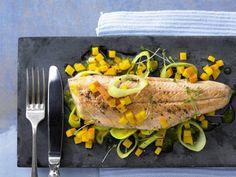 Kürbisgemüse mit Fisch: Gebratene Saiblingsfilets mit Kürbis und Lauch | Kalorien: 300 Kcal | Zeit: 30 Min. | http://eatsmarter.de/rezepte/gebratene-saiblingsfilets