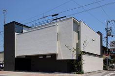 中庭のある家 LEGO ROOMのある家。 アーキッシュギャラリー Garage House, Garage Doors, Japanese Design, Architect Design, Facade, Exterior, Mansions, Architecture, House Styles
