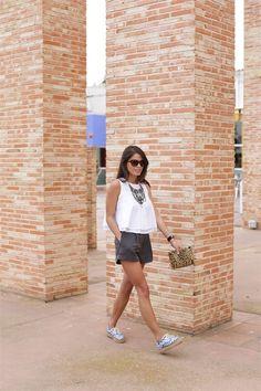 Look de Seams for a desire con shorts y alpargatas